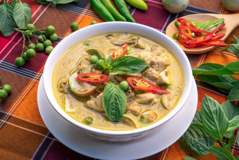 在桌背景的泰国食物鸡绿色咖喱,绿色咖喱W 库存照片