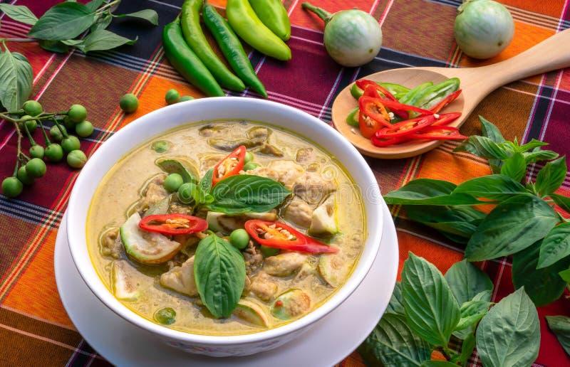 在桌背景的泰国食物鸡绿色咖喱,绿色咖喱W 免版税图库摄影