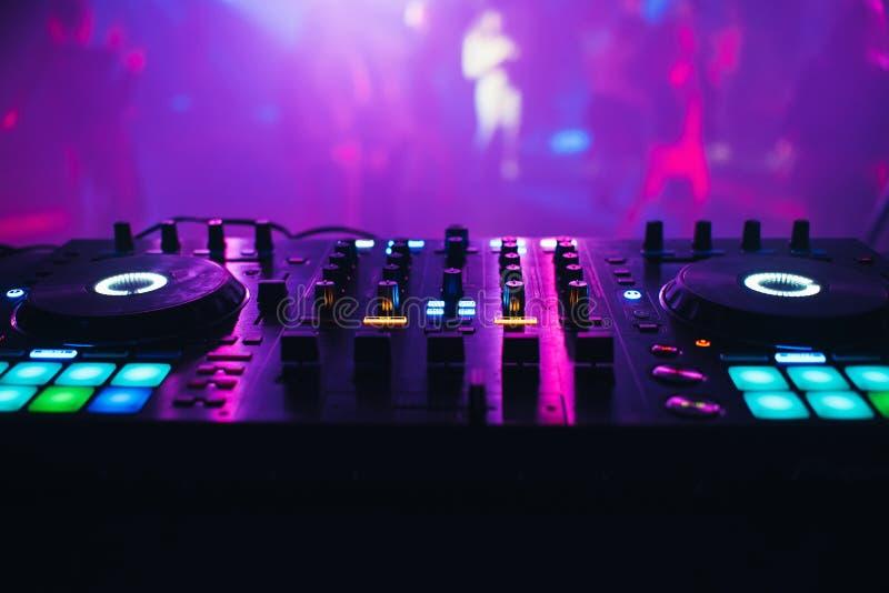 在桌背景的DJ搅拌器夜总会 免版税库存照片