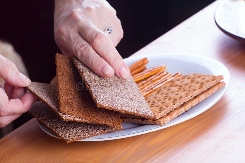 在桌薄脆饼干的酥脆食物 免版税库存图片