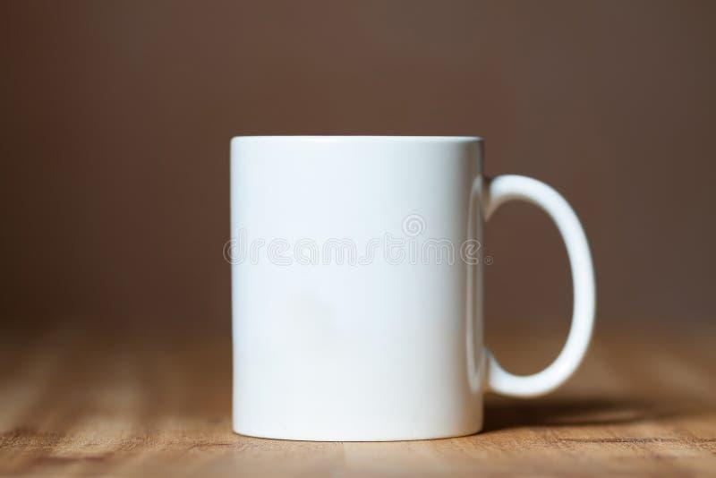 在桌面上的白色杯子. 浓咖啡, 咖啡.