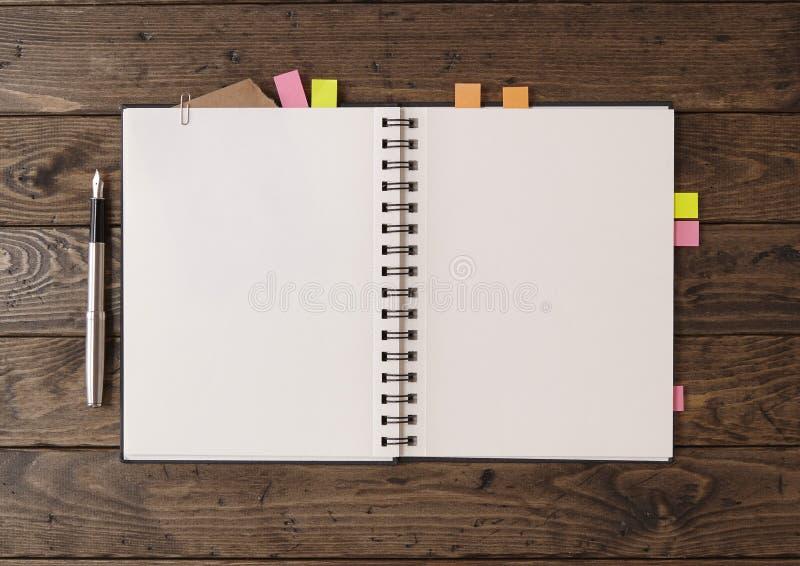 Download 在桌面上的笔记本 库存照片. 图片 包括有 剪贴薄, 草图, 学校, 纸张, 钉书匠, 黑暗, 墨水, 无格式 - 72362422