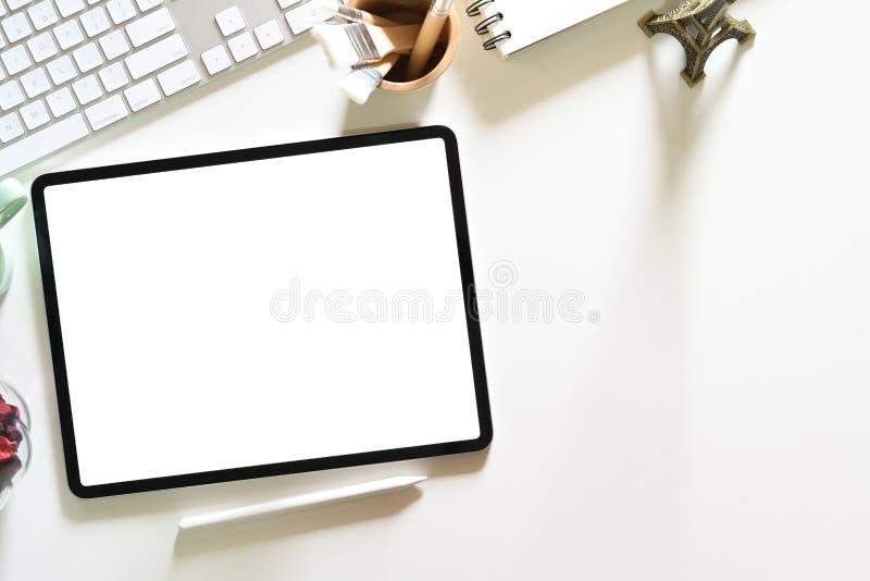 在桌面上的黑屏片剂在图形设计演播室 免版税图库摄影