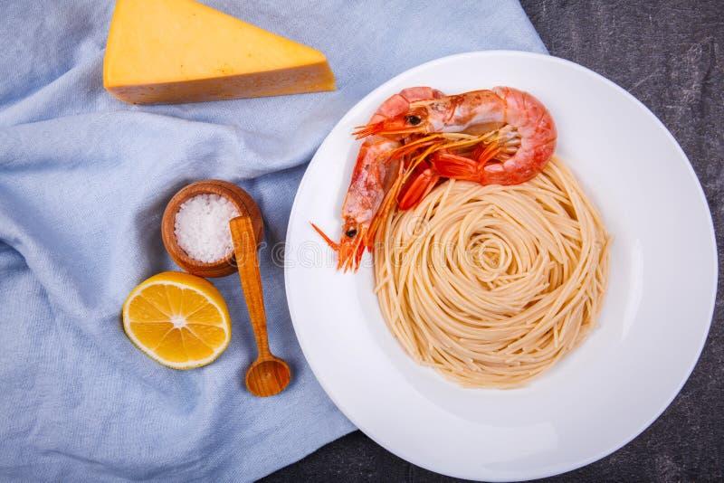在桌面团用虾,在切片柠檬、向日葵和不幸片断旁边  免版税库存图片