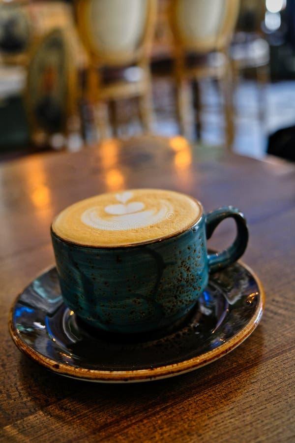 在桌面的咖啡杯在军用餐具 库存图片