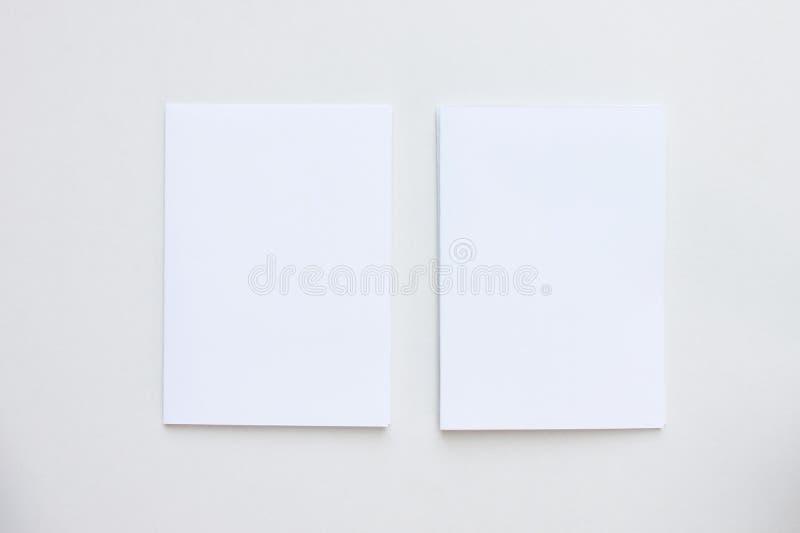 在桌面看法安置的企业空白白色卡片 免版税库存图片