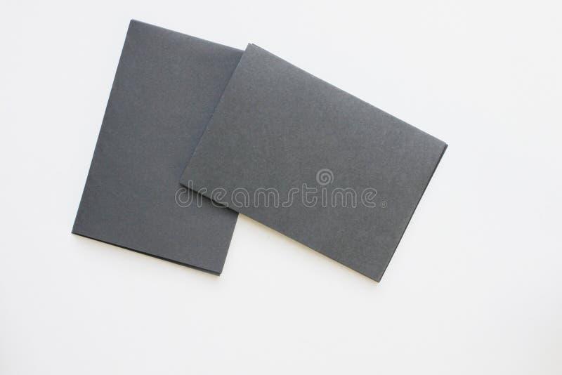在桌面看法安置的企业空白黑卡片 库存图片