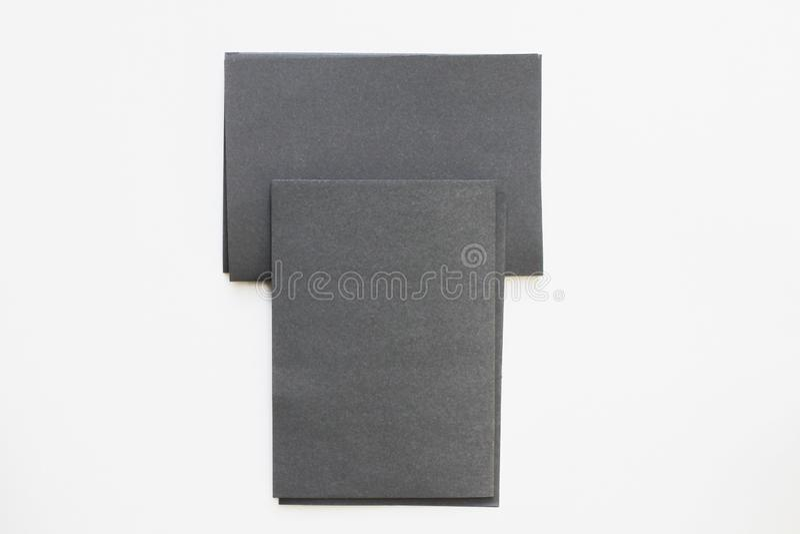 在桌面看法安置的企业空白黑卡片 库存照片