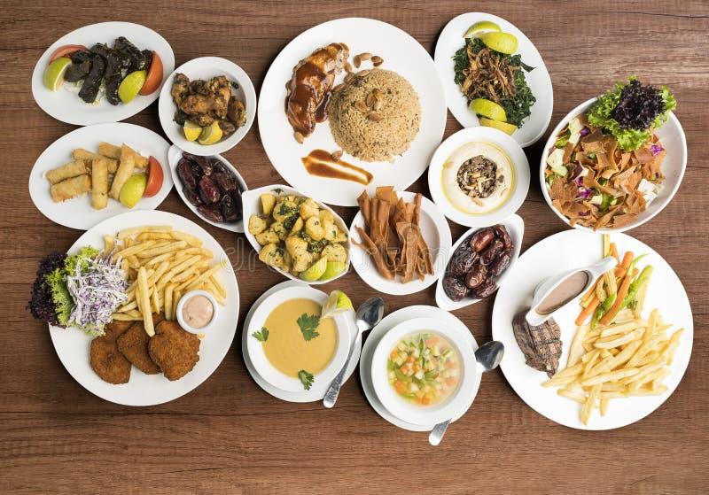在桌,传统赖买丹月食物自助餐上的传统盘 免版税库存图片