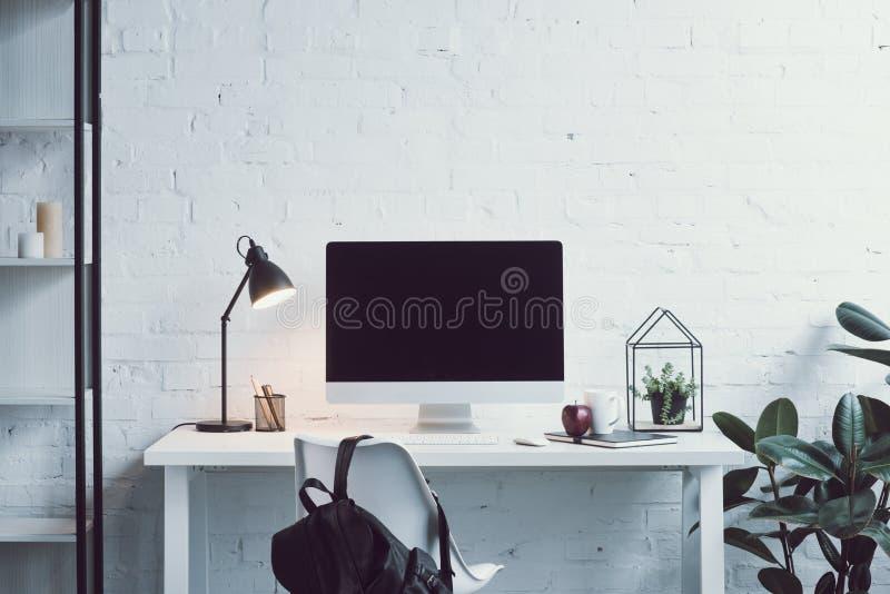 在桌,在椅子的袋子上的计算机在现代办公室 免版税图库摄影