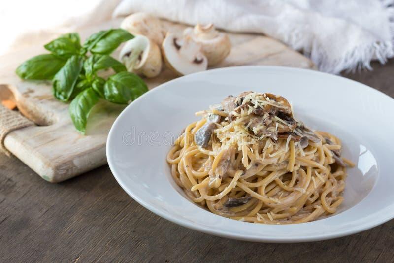 在桌,顶视图上的蘑菇意粉面团和奶油沙司 自创意大利面团用蘑菇蘑菇 库存图片