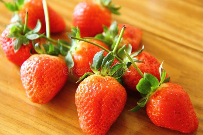 在桌(iv)上的红色草莓 免版税库存图片