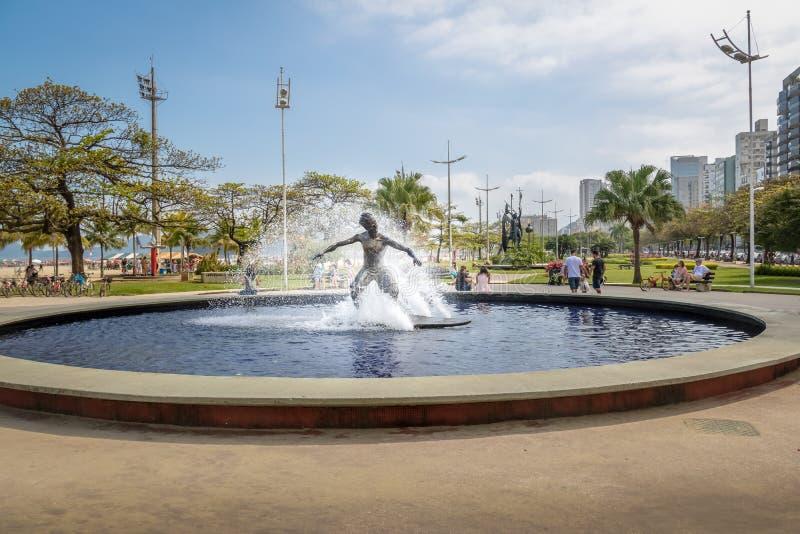 在桑托斯海滩-桑托斯,圣保罗,巴西沿海庭院的冲浪者纪念碑  库存图片