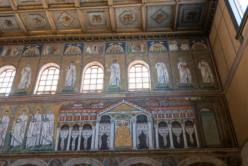 在桑特Apollinare Nuovo大教堂的教堂中殿的右边墙壁上的马赛克在拉韦纳 E 库存照片