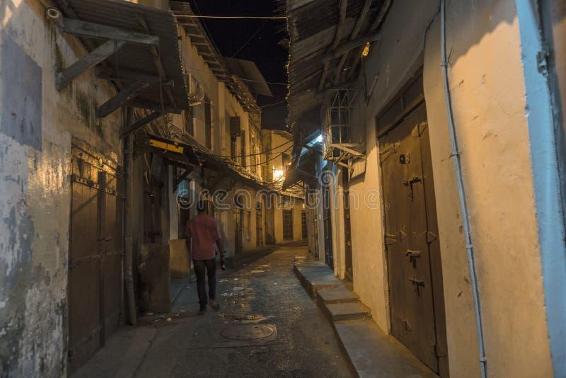 在桑给巴尔岛的石镇胡同方式在晚上 库存图片