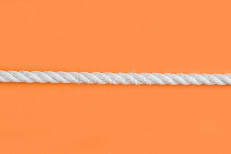 在桔子的白色绳索 免版税库存图片