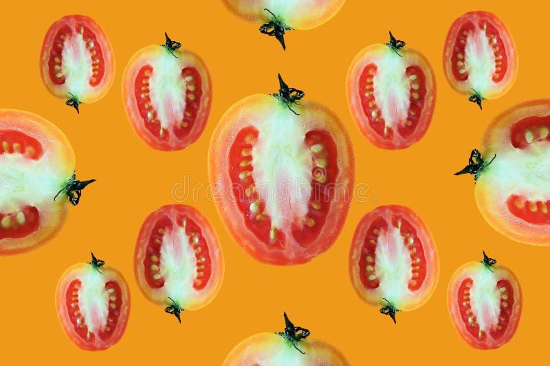 在桔子隔绝的美丽的时髦无缝的样式西红柿飞行  图库摄影