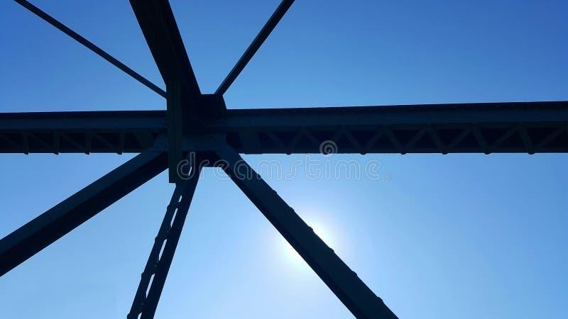 在桥梁上的钢结构支持在蓝天背景 免版税库存图片