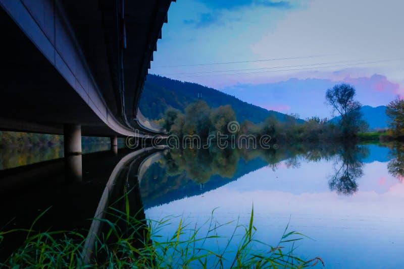 在桥梁下和在水 免版税图库摄影