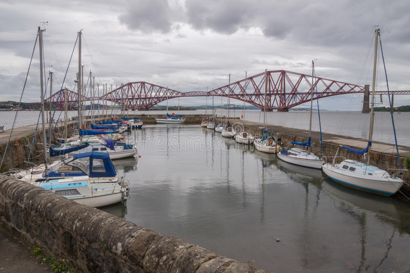 在桥梁前面的南Queensferry小游艇船坞,苏格兰 库存图片