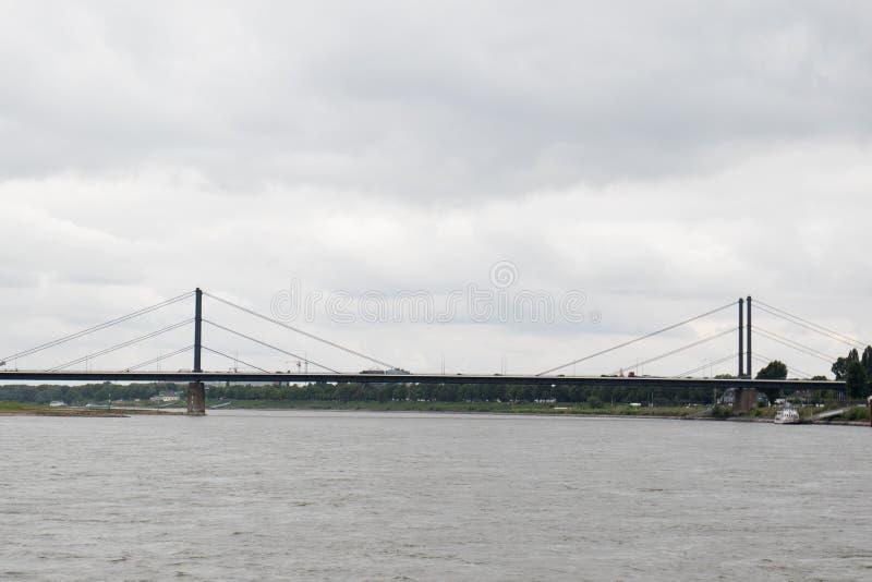 在桥梁和多云天空的更加接近的总看法在dà ¼ sseldorf的德国莱茵河 免版税库存照片
