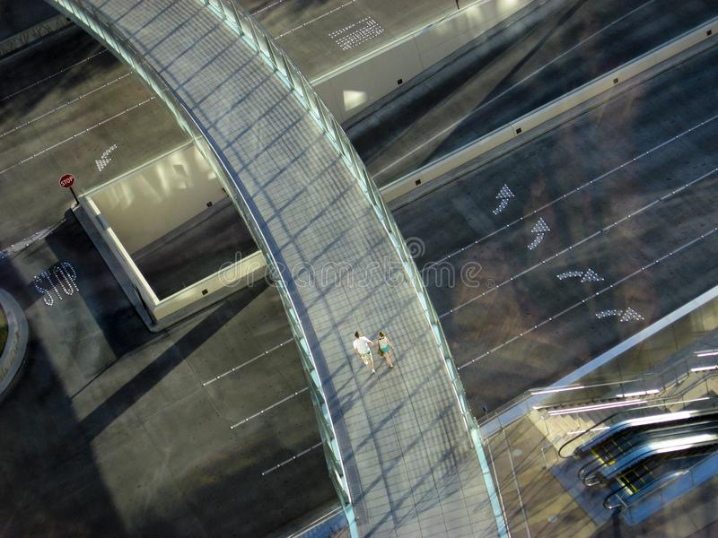 在桥梁横穿金属机动车路天桥步行者之上 拉斯维加斯内华达 免版税库存图片