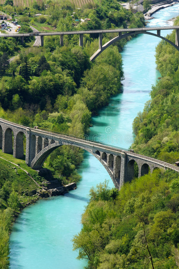 在桥梁河soca石头间 免版税图库摄影