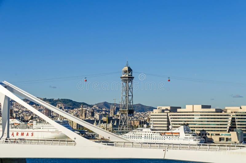 在桥梁波尔塔d的看法'欧罗巴在巴塞罗那,架空索道托尔豪梅的塔和拜雷阿尔斯轮渡 免版税库存图片