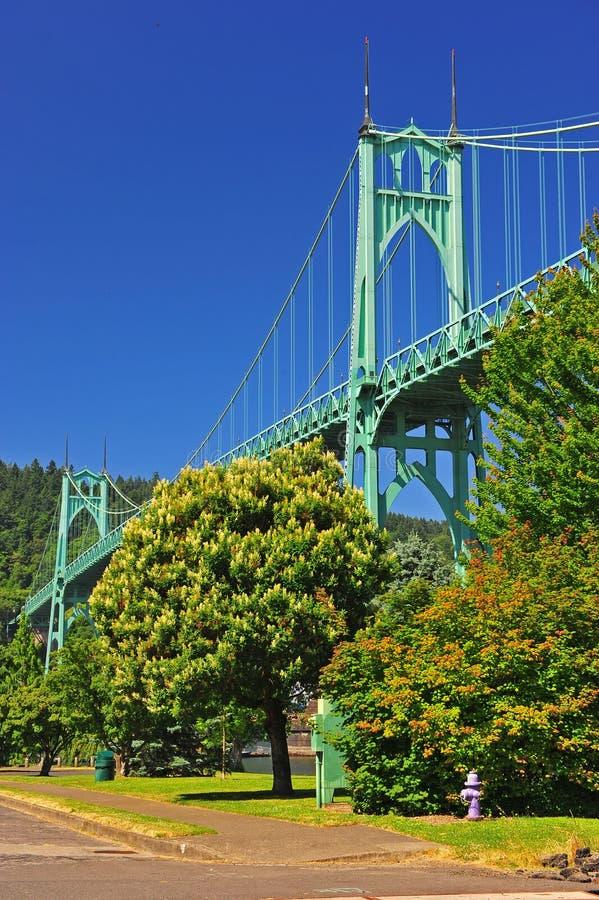 在桥梁消防栓purpule耸立之上 免版税库存图片