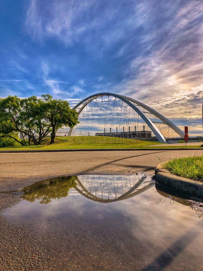 在桥梁的充满活力的天空 免版税库存照片