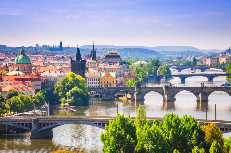 在桥梁的全景视图在伏尔塔瓦河河在布拉格市 免版税库存照片