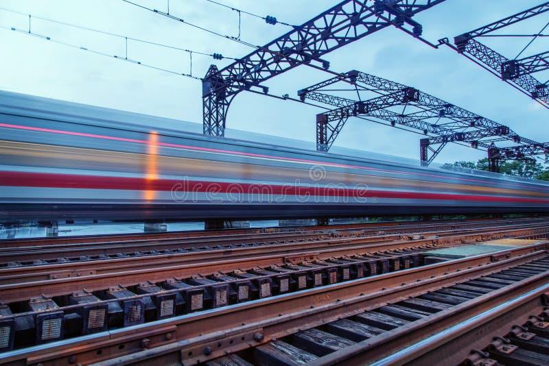 在桥梁的加速的火车 库存图片