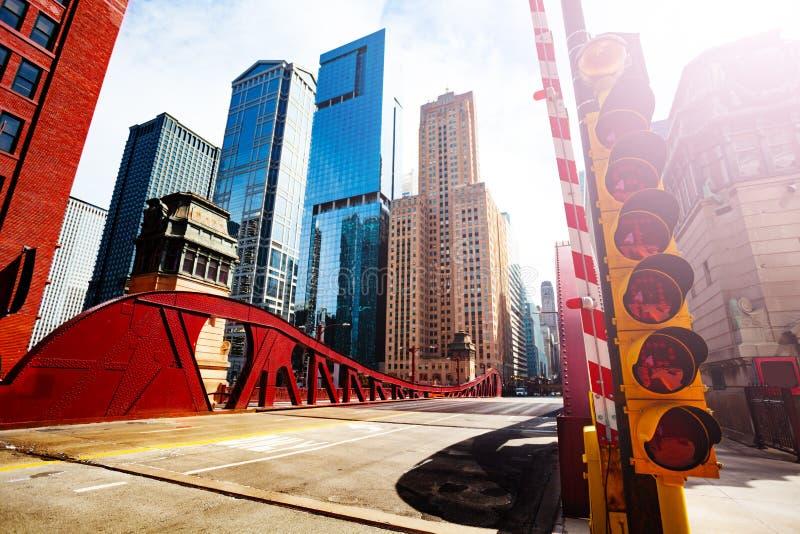 在桥梁的大红灯在芝加哥河  库存图片