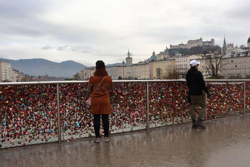 在桥梁的妇女身分在萨尔茨堡 免版税库存照片