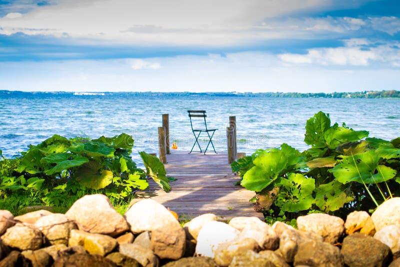 在桥梁的椅子在湖 库存照片