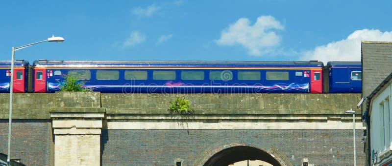 在桥梁的火车在Chippenham 免版税库存照片