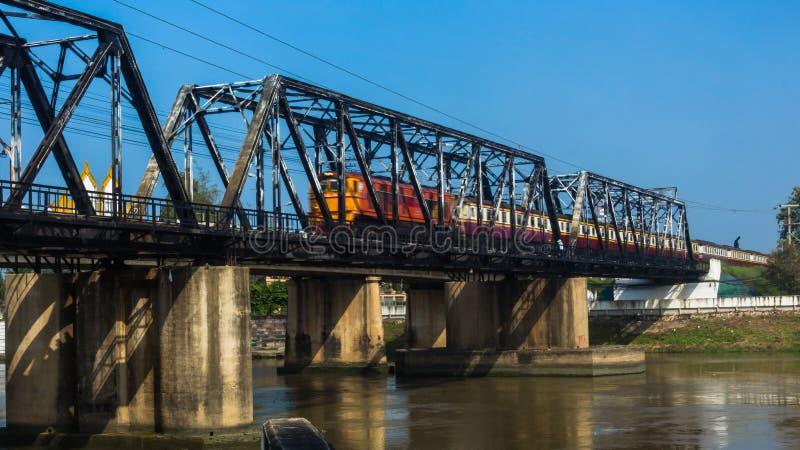 在桥梁的火车横跨河运行 库存照片