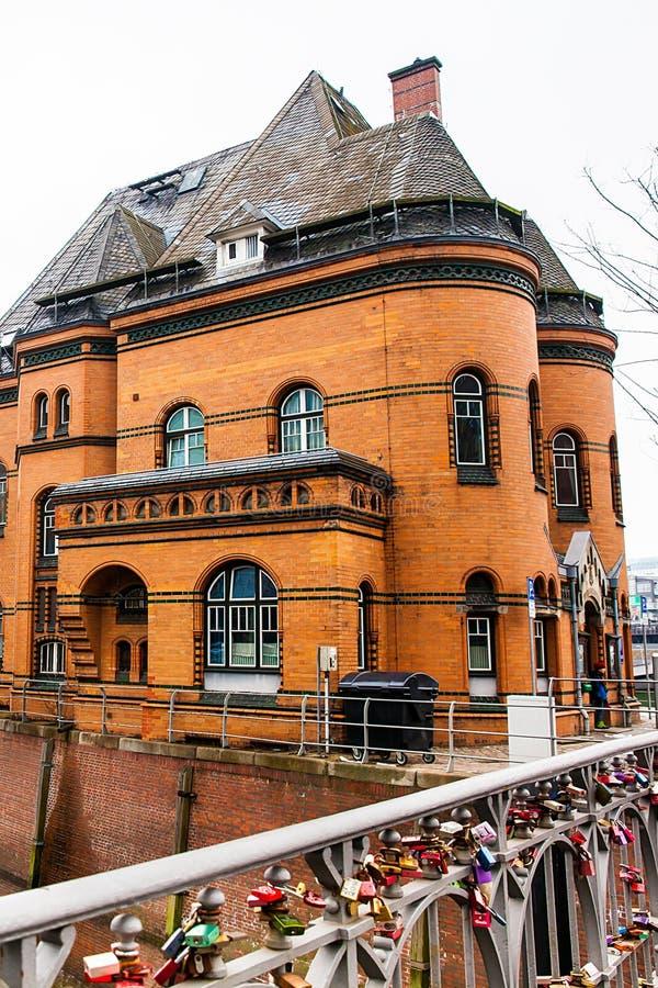 在桥梁的爱锁在汉堡港口的警察局2旁边 库存图片