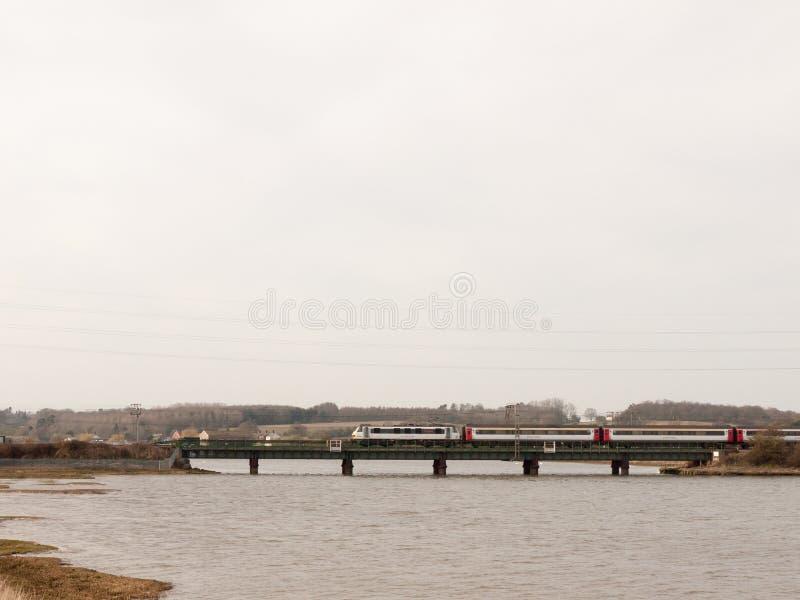 在桥梁的移动的火车迷离行动横跨河大天空露天场所 库存图片
