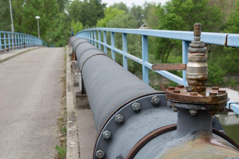 在桥梁的管子 免版税图库摄影