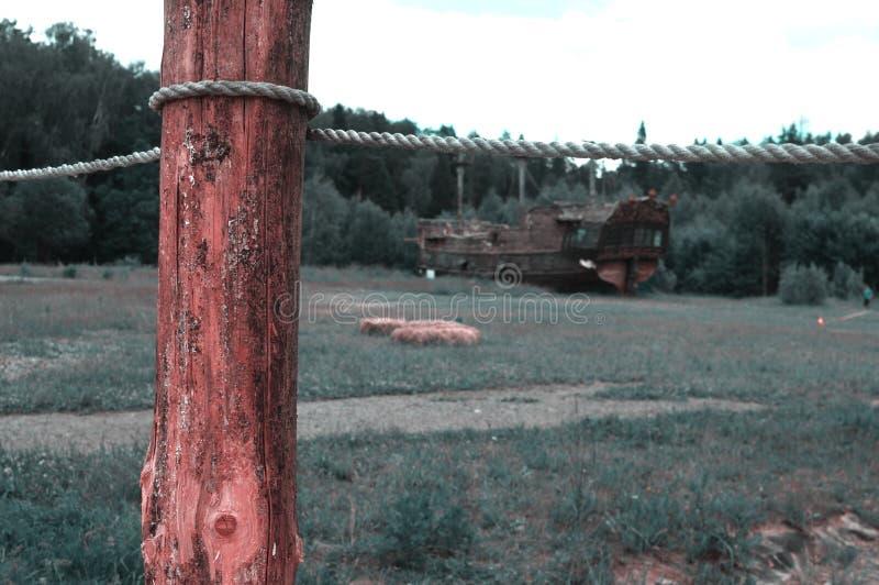 在桥梁的老木杆 免版税库存照片