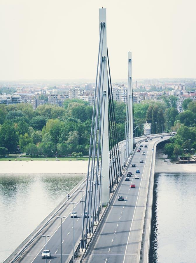 在桥梁的驾车交通 免版税图库摄影