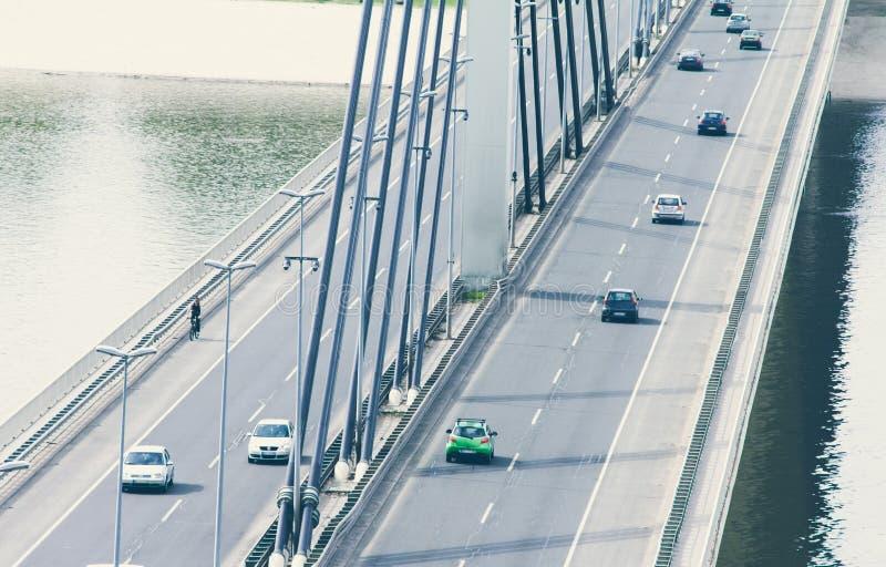 在桥梁的驾车交通 免版税库存图片