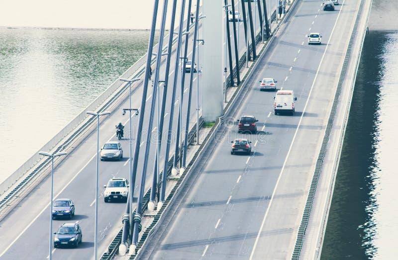 在桥梁的驾车交通 免版税库存照片
