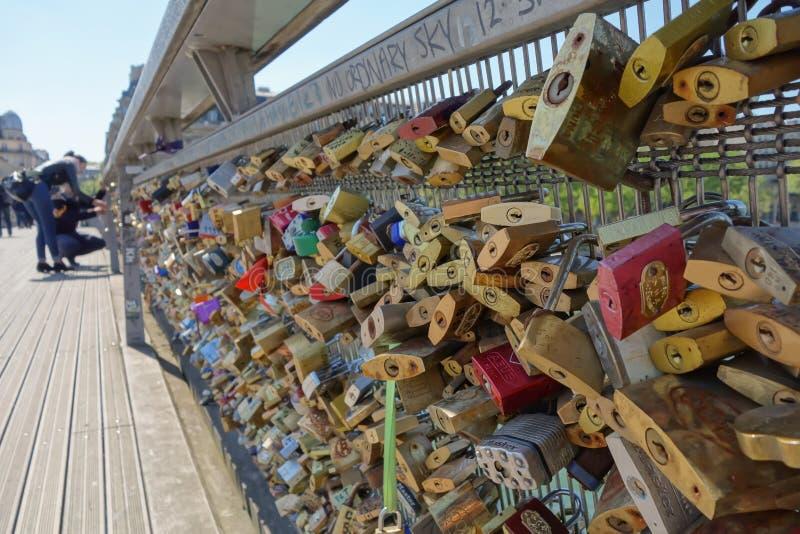 在桥梁的Lovelocks在巴黎 免版税库存图片