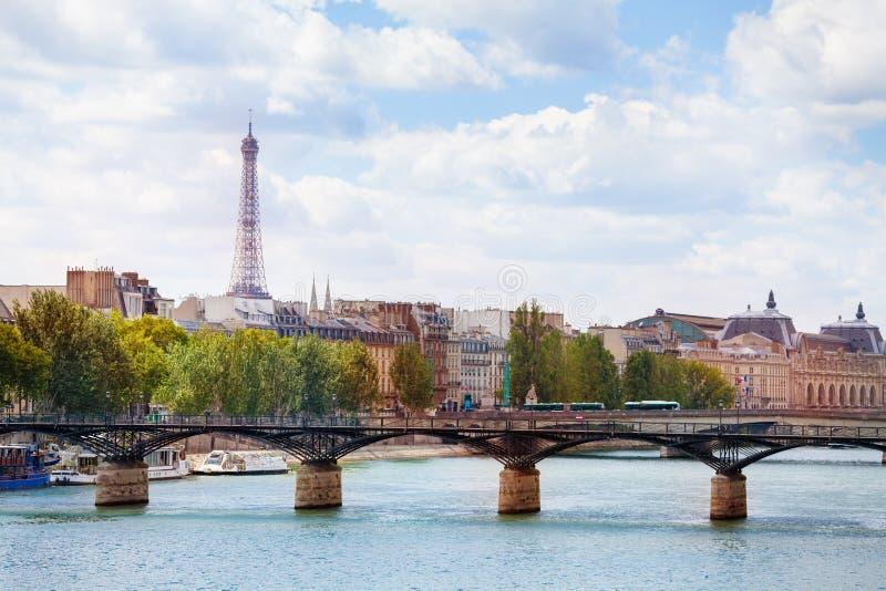 在桥梁艺术桥的看法在巴黎街市 库存图片