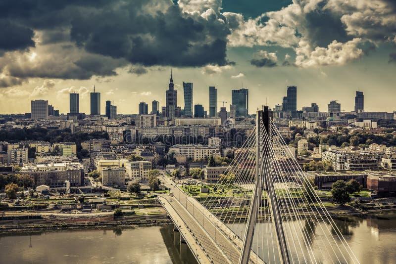 在桥梁葡萄酒视图后的华沙地平线 库存图片