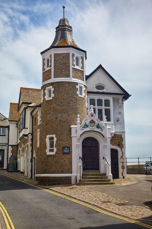 在桥梁街道上的市政厅村庄 Lyme regis 英国 免版税图库摄影