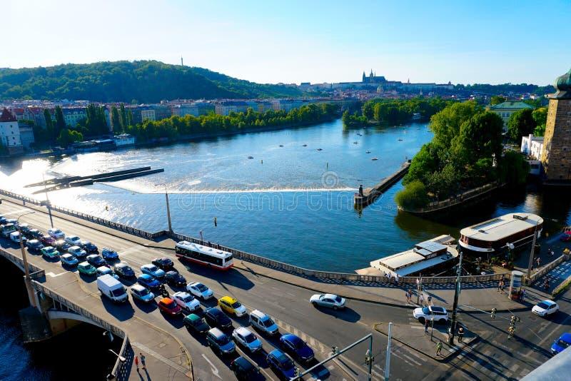 在桥梁,伏尔塔瓦河河的交通堵塞在布拉格,捷克 免版税库存图片