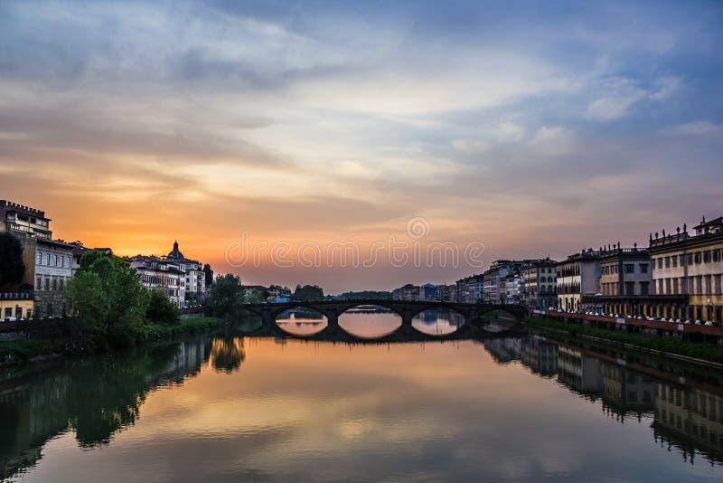 在桥梁Carraja的佛罗伦萨日落 库存图片